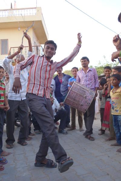 Un jeune entame la première danse.