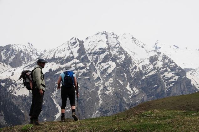 Le guide et Geneviève sur fond de hauts sommets