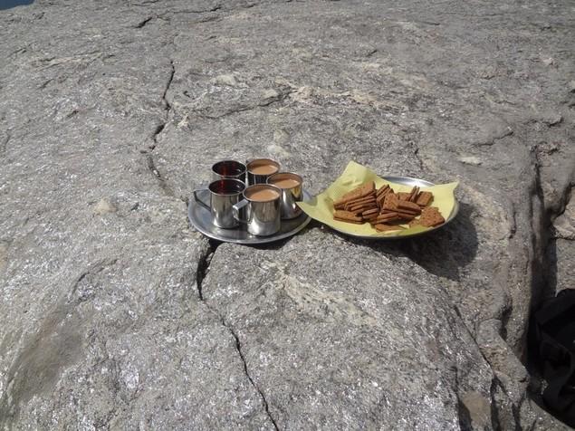 Thé et biscuits à l'arrivée au camp