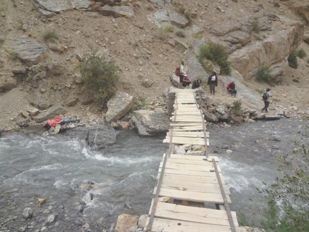 Au fond de la vallée, la rivière et le petit pont de bois ... ou plutôt ce qu'il en reste