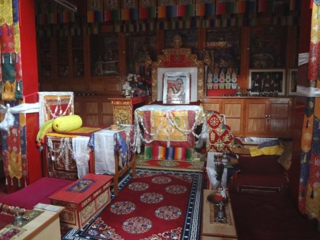 Salle de prières du nouveau monastère où nous avons assisté à la pûjâ du matin