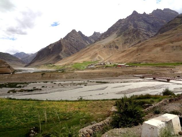 Le village de Sagnam au fond, au pied de la montagne
