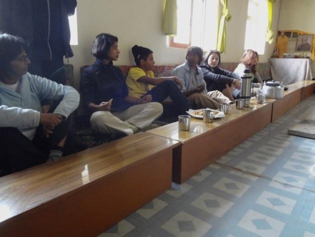 Salle de prières faisant office de salle à manger et inversement