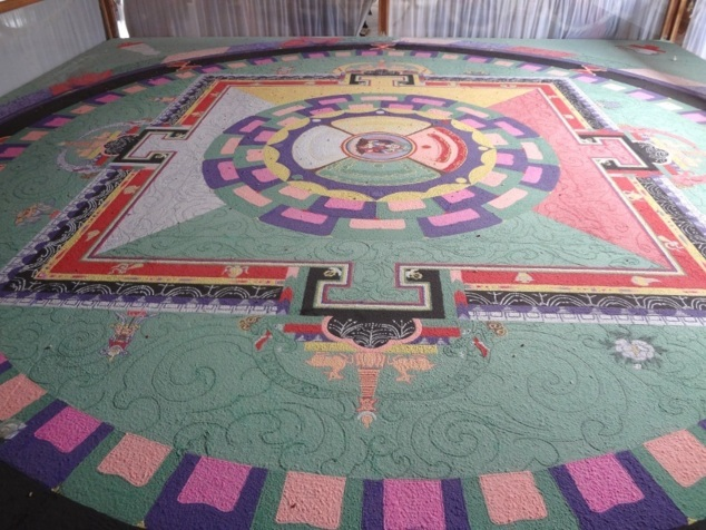 Mandala dessiné avec patience et minutie à l'aide de poudres colorées