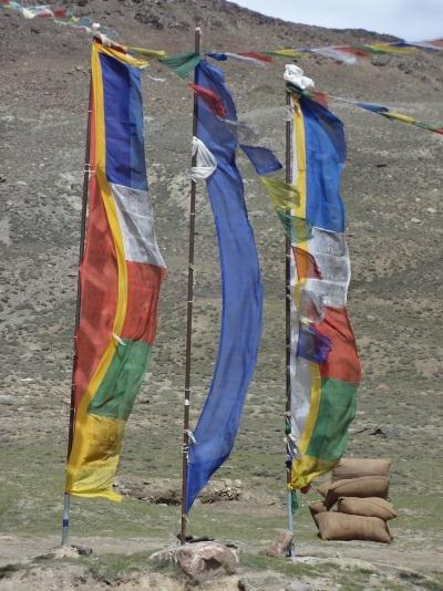 Drapeaux au col de Kunzum