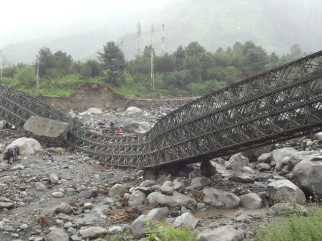 Un pont s'est écroulé emporté par les eaux torrentielles de la mousson. Après un voyage de rêve ... retour à la dure réalité.
