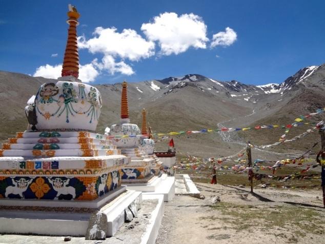 Col de Kunzum : rangée de trois stûpas et dans le prolongement au fond le temple de la déesse