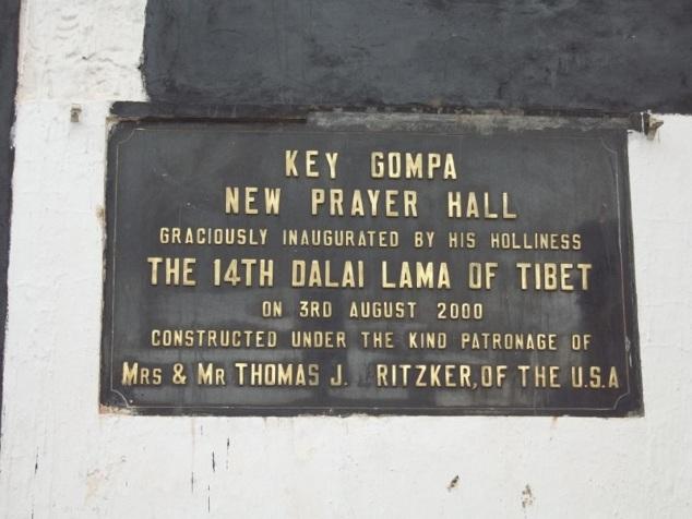 Plaque commémorative placée à l'entrée du monastère