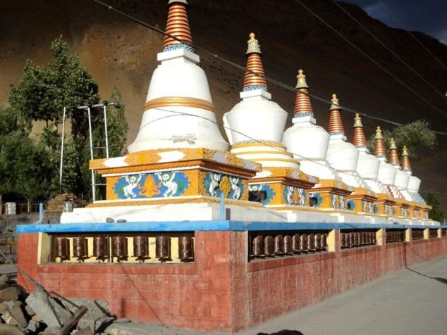 Rangée de stûpas devant le monastère de Kaza