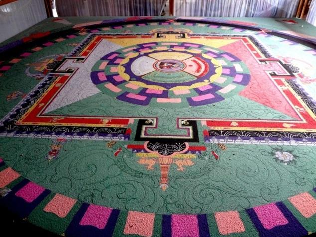 A l'intérieur un mandala que les moines détruiront au cours de la cérémonie. Ce geste rituel souligne l'impermanence de toute chose.