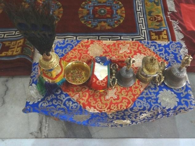Objets cultuels : le vase, la cloche, le vajrâ.