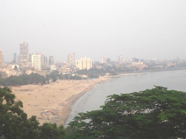 """La plage de Chowpatty vue depuis les """"Jardins Suspendus"""""""
