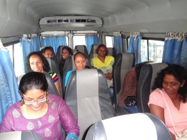 Le moral est au beau fixe dans le minibus. A travers les vitres la rue est un spectacle permanent