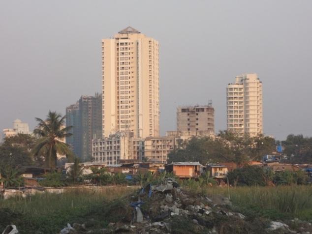 Au pied des immeubles, souvent des bidonvilles