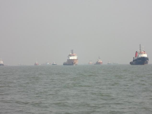 ... on peut apercevoir une armada impressionnante de navires de commerce qui profitent du calme de la baie