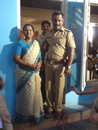 Le policier est un stéréotype du film Bollywood
