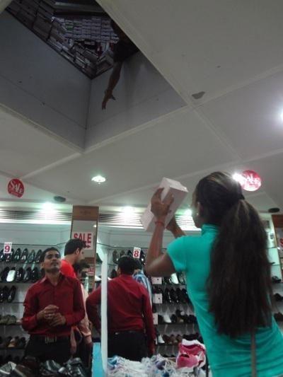 Des chaussures qui tombent du plafond. C'est du temps gagné plutôt que de faire des aller-retour à la réserve. Bravo Maëva, bien attrapé !