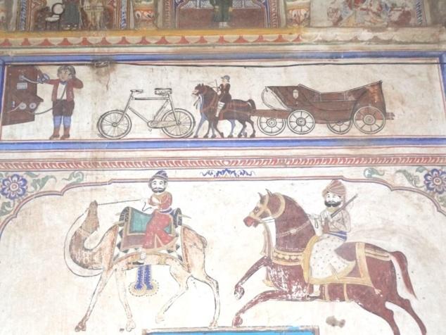 Une peinture qui montre deux époques : chameau et cheval en bas et en haut téléphone, bicyclette, ....