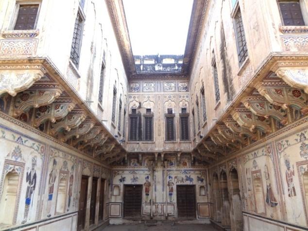 Une curiosité de plus : cette haveli, construite pour deux frères, comporte deux moitiés parfaitement symétriques.
