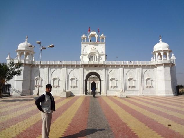 Le temple de Nehri ji dédié à Karnî Mâtâ. Ce premier temple dédié à Karnî Mâtâ a été construit à l'emplacement où se trouvait la grotte dans laquelle la sainte avait élu domicile.