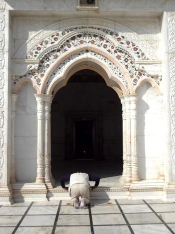 L'ami brahmane qui nous accompagne s'incline sur le seuil du temple pour rendre hommage à la déesse.