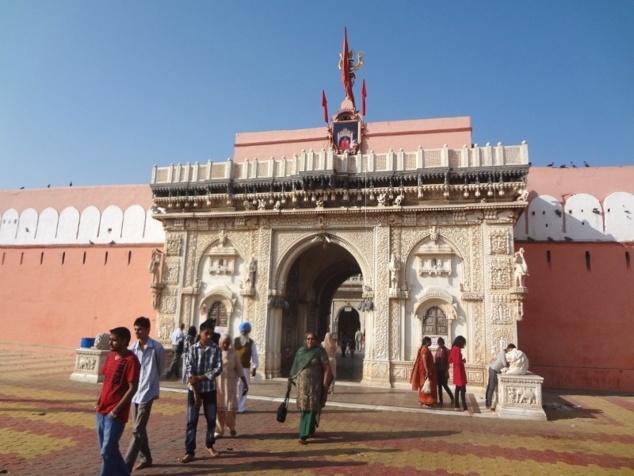 Le deuxième temple dédié à Karnî Mâtâ, plus central et plus fréquenté.