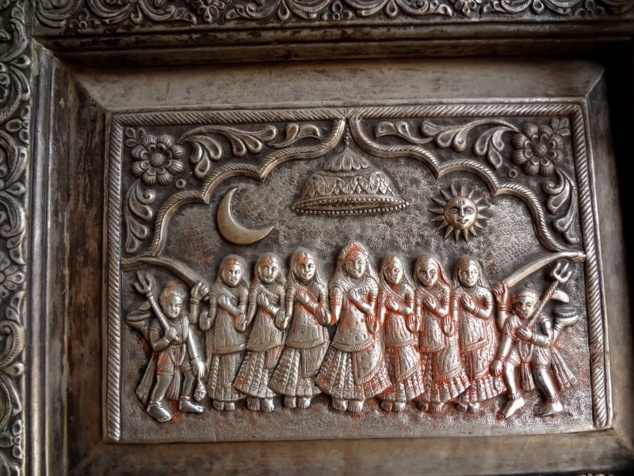Détail de la porte du temple représentant Karnî Mâtâ (à gauche) accompagnée de ses sept soeurs.
