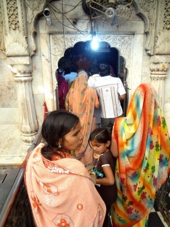 Les dévôts se pressent devant l'autel de la déesse.