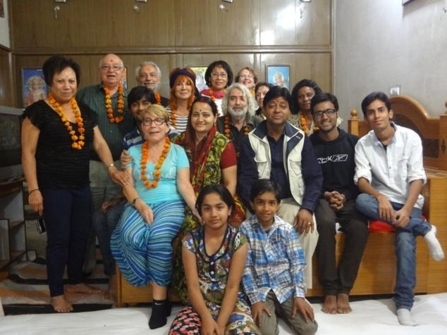 Photo de groupe et de famille après un bon repas copieux et plein de surprises.