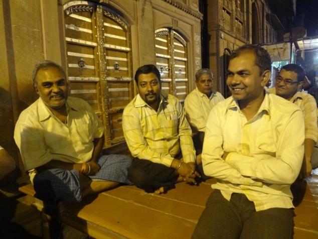 """Les hommes se réunissent jusque tard dans la nuit assis sur des bancs appelés """"patta""""."""