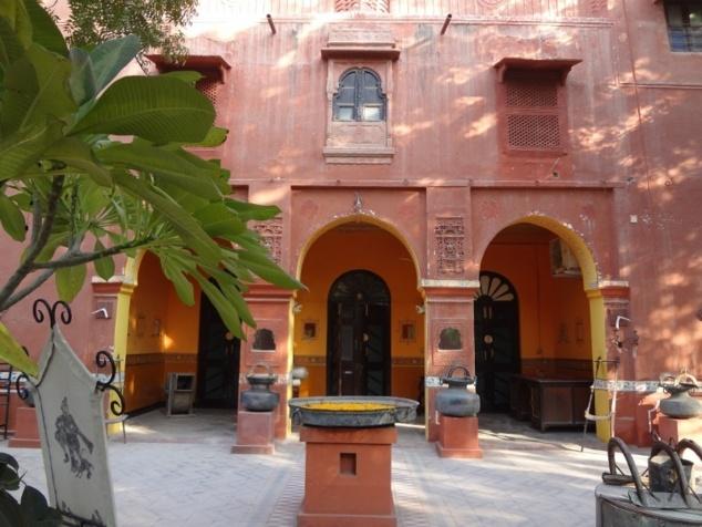 """Notre hôtel à Bikaner : une """"haveli"""" qui était la résidence du premier ministre du Maharadjah."""