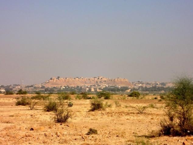 La forteresse de Jaisalmer apparaît dans le lointain.