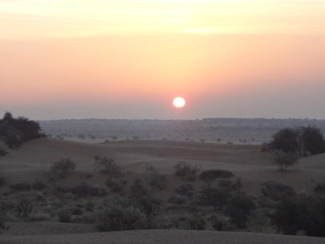 """Lever du soleil dans le désert de Thar ou """"Grand Désert Indien""""."""