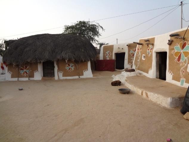 A l'intérieur de la cour : maison principale, cuisine, grenier.