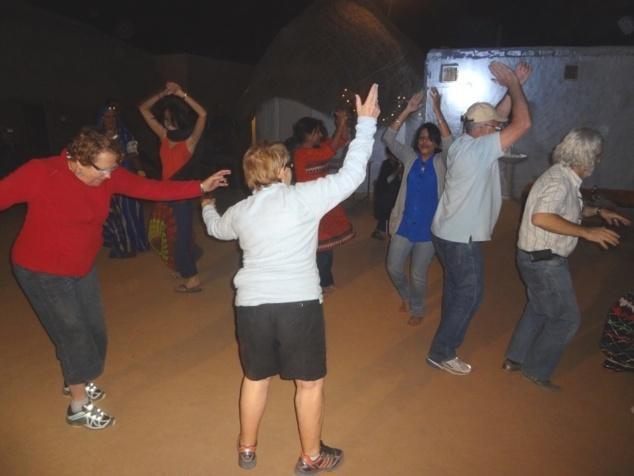Le groupe entre dans la danse.