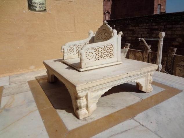 Trône en marbre pour les cérémonies publiques, dont l'intronisation du nouveau Maharadjah.