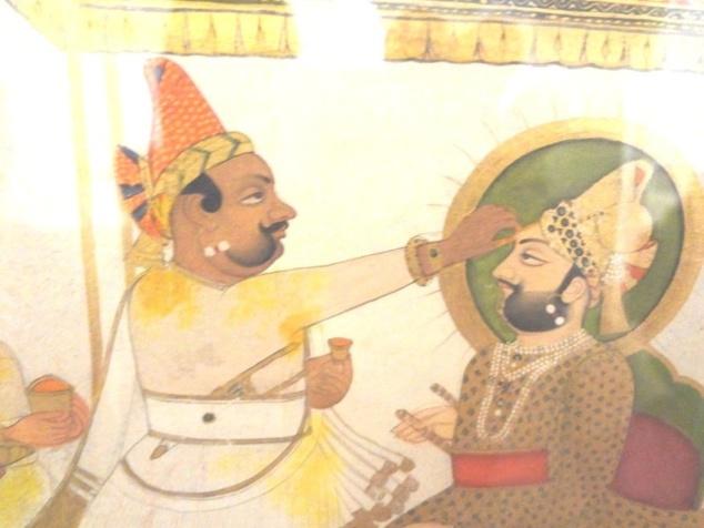 """Cérémonie d'intronisation. Le """"râj tilak"""" est apposé sur le front du maharadjah."""