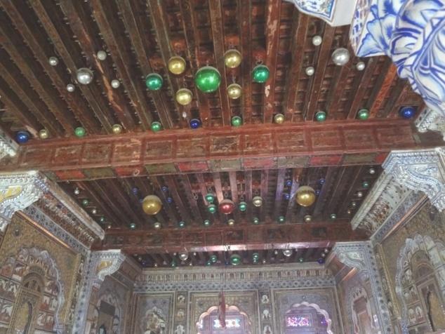 Le Takhat Mahal, avec des boules de noël au plafond..