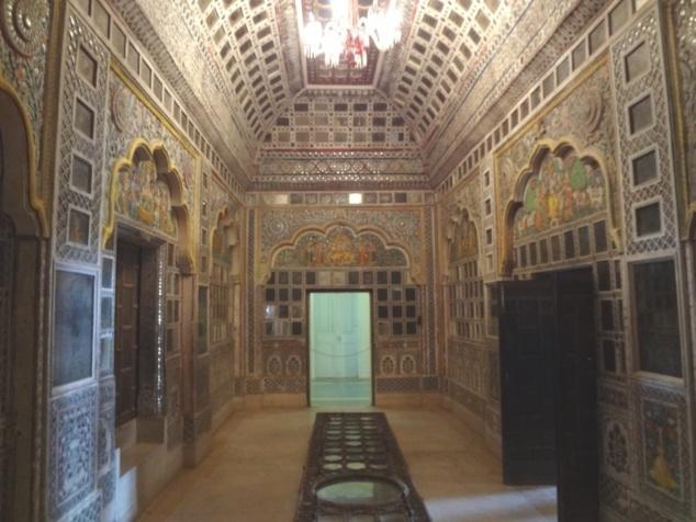 La décoration à l'aide de miroirs placés partout sur les murs et les plafonds permettait de faire briller de mille feux les pièces du palais sous l'effet conjugué des torches et lampes à huile.