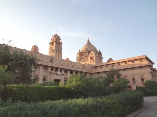 L'immense palais qui porte le nom de son fondateur, le maharadjah Umaid Singh. Il compte pas moins de 347 pièces, 2 théâtres, une très grande piscine intérieure, ...