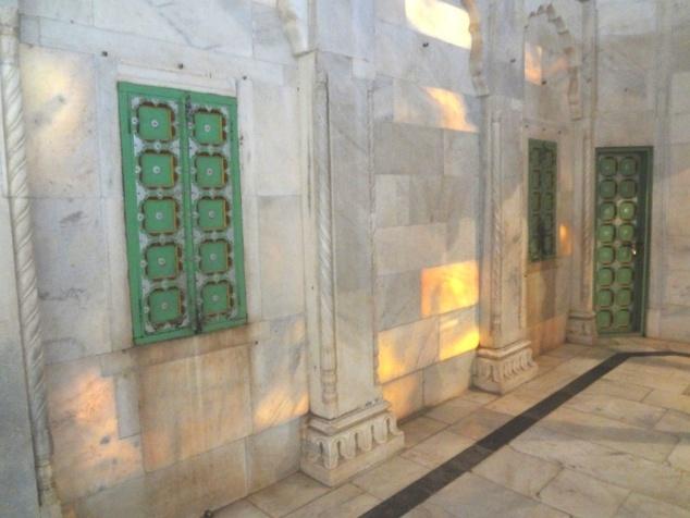 Le marbre du monument est si fin et pur que les rayons du soleil transpercent les murs.