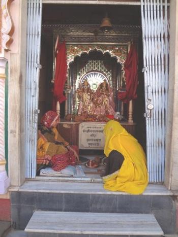 Pushkar, ville sacrée du Rajasthan, compte de nombreux temples. Ici un petit temple dédié au couple divin : Vishnu et Lakshmi.