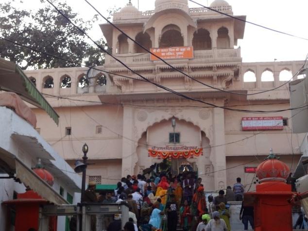 La foule se presse pour entrer dans le temple consacré au dieu Brahmâ. C'est ce temple en particulier qui attire les pélerins à Pushkar. Ce serait le seul temple dédié à Brahmâ dans toute l'Inde.