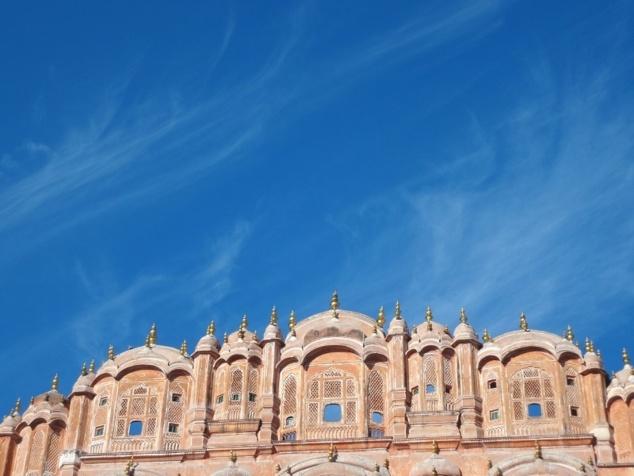 """Le nom d' """" Hâvâ Mâhal """" désigne"""" uniquement la partie supérieure du bâtiment. Mais par extension on donne le plus souvent ce nom à l'ensemble de l'édifice."""