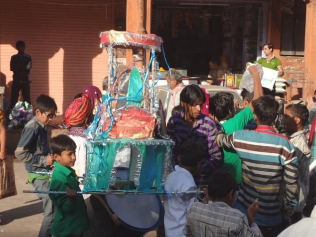 """Petite """"taziâ"""" portée par les élèves d'une école de la ville."""
