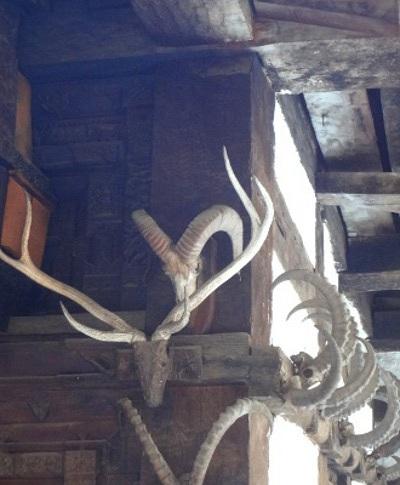 Des crânes de bouquetins sur le temple qui témoignent de pratiques chamaniques au sein même de l'orthodoxie hindoue