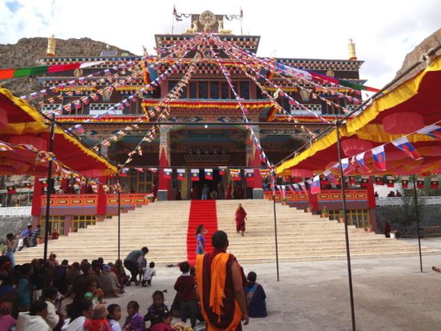 Gompâ de Kaza (école Sakya). Tapis rouges et drapeaux pour accueillir Ratna Vajra Rinpoche qui va délivrer une initiation