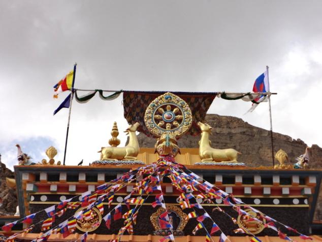 Toit-terrasse de l'édifice avec la roue du Dharma (ou de l'enseignement) et les gazelles qui étaient les premiers êtres de la création à écouter le Bouddha