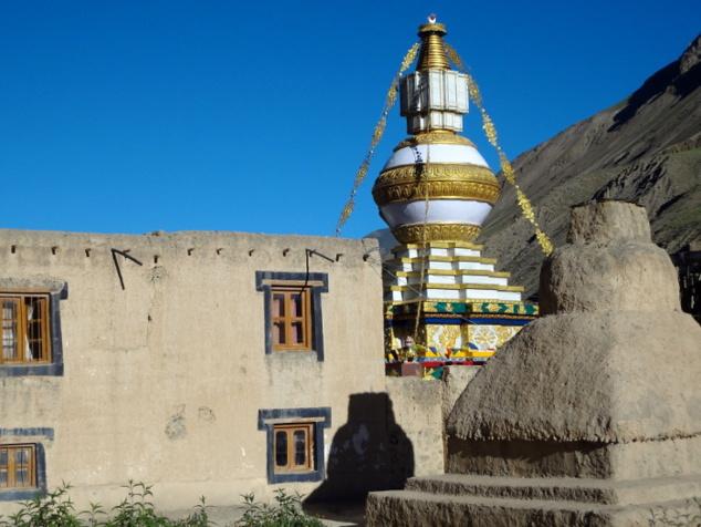 Nouveau stûpa dans l'enceinte du monastère millénaire de Tabo