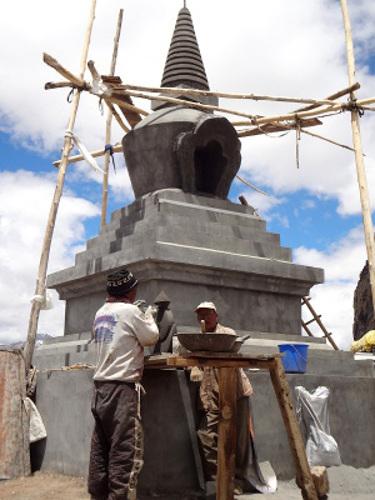 Construction d'un stûpa au sommet du col de Damul